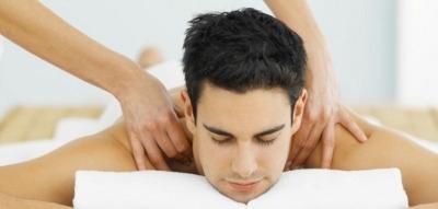 Homen recebendo a quick massage em Barçao Geraldo / Campinas